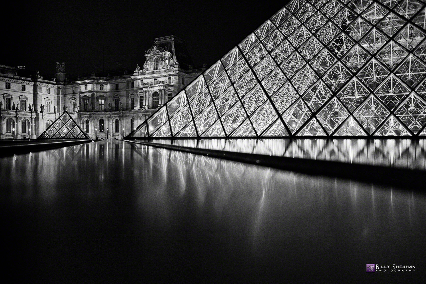 La_musee_du_Louvre__Paris__France_Paris2008_25Apr2008_0810_BW_D