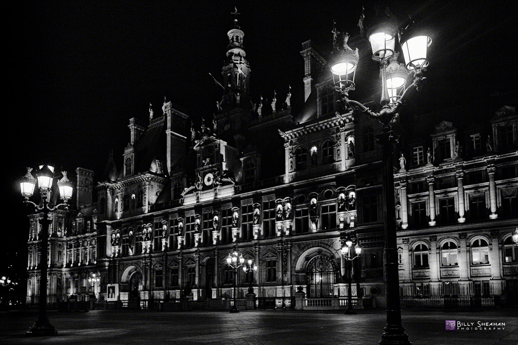 Place_de_l_Hotel_de_Ville_a_Nuit__Paris__France_Paris2008_23Apr2008_0231_BW_D