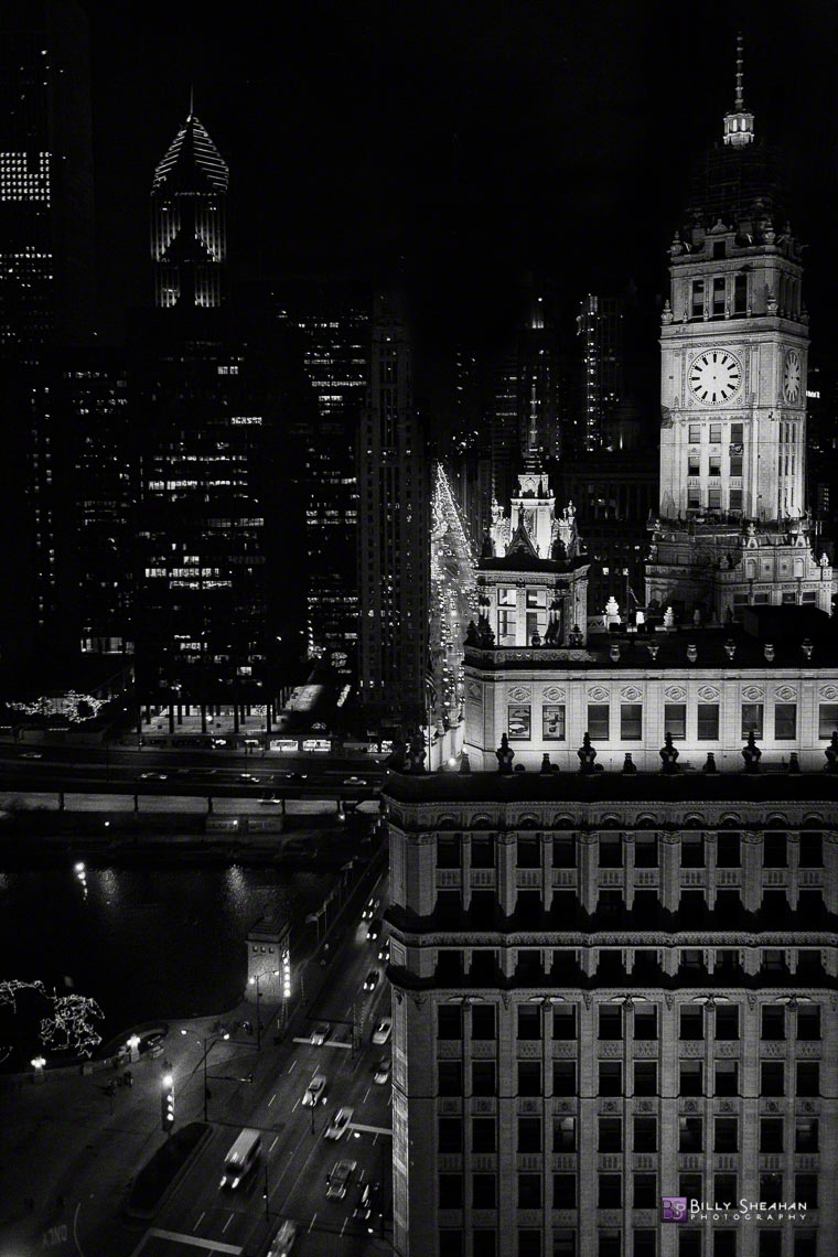 Wrigley_Building_and_Michigan_Avenue_at_Night,_Chicago,_IL,_USA_Chicago_26Nov2006_158_BW_D